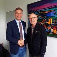 Bürgermeister Wilken bedankt sich bei Peter Löhr.